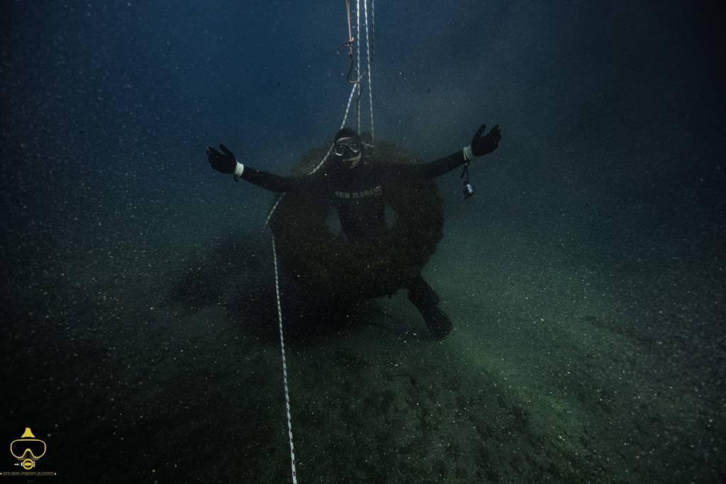 un plongeur dans un pneu de camion remonter a theoule sur mer